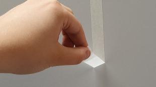 Testen, ob das Klebeband für die Wand geeignet ist.