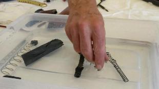 Die Waffenteile der Clock 17 werden in das Reinigungsmittel und Pflegemittel gelegt