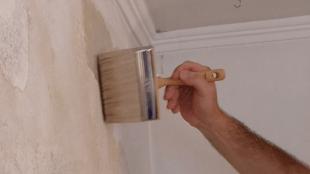 Der Tiefengrund wird auf die Wandoberfläche aufgetragen