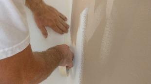 Das Abklebeband muss gut glattgesctrichen und blasenfrei gemacht werden
