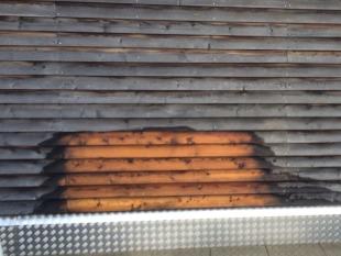Mit dem Öko-Holzentgrauer kann unlackiertes Holz einfach vom Grauschleier befreit werden.