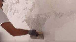 Nachdem der Tiefengrund getrocknet ist kann Spachtelmasse aufgetragen werden