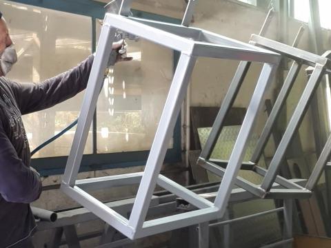 Rostschutzgrundierung in Grau auf Eisen- und Metalloberflächen