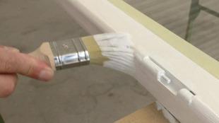 Grundierung der Oberfläche des Holz-Fensterflügels