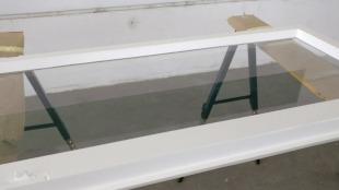 Renovierter Fensterflügel: Frische Grundierung und Lackierung
